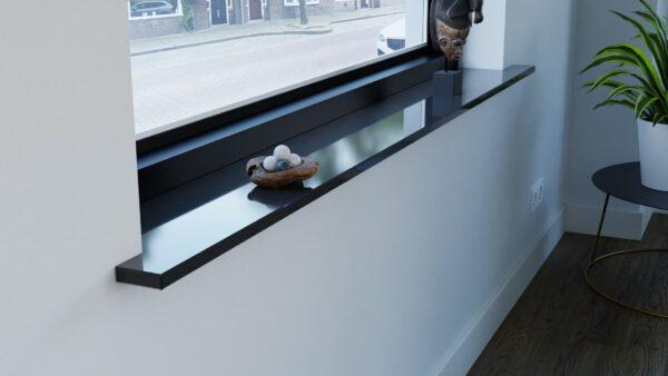 Steenbok-natuursteen-vensterbank-graniet-absolute-black-zwart-gepolijst-hoek-eruit-sfeerbeeld-woonkamer