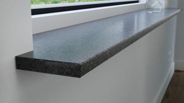 steenbok-natuursteen-Vensterbank-Graniet-Steel-Grey-grijs-gezoet-zijaanzicht-sfeerbeeld